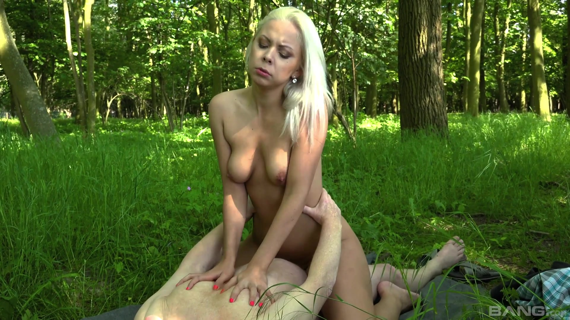 Naked blonde rides cock in romantic outdoor XXX play